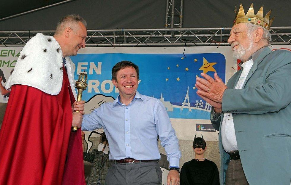 vlevo nový král majálesu Jaromír 99, vpravo loňský vladař Josef Jařab, uprostřed rektor UP Jaroslav Miller