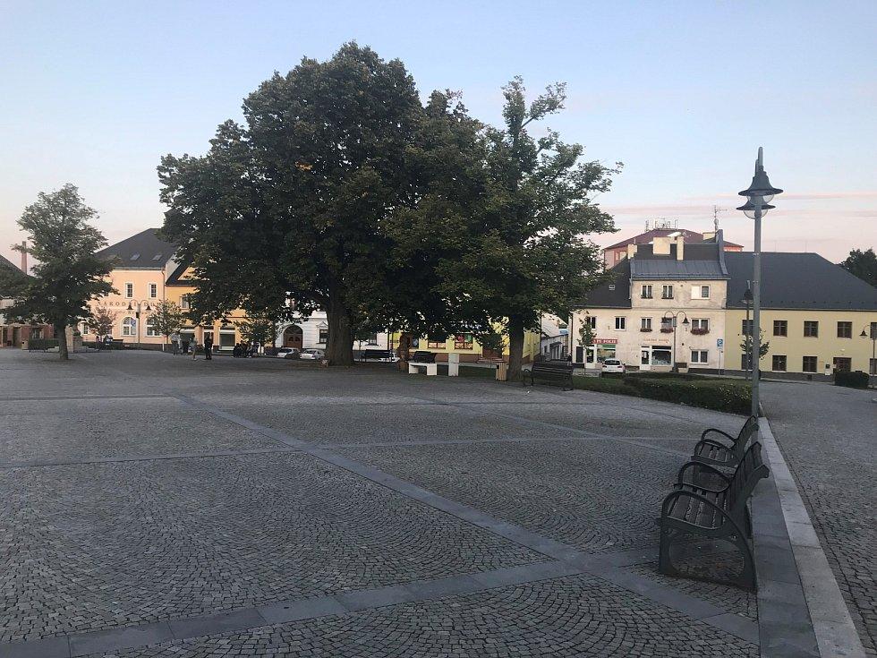 Uprostřed náměstí v Moravském Berouně roste památná lípa připomínající ničivý požár v roce 1779.