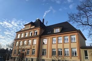 Rozsáhlou modernizací prošla v minulých měsících základní škola v Náměšti na Hané. Na půdě se podařilo vytvořit učebny přírodních věd, jejichž součástí je i observatoř, díky níž žáci budou moci sledovat dalekohledem nebeská tělesa a jevy.
