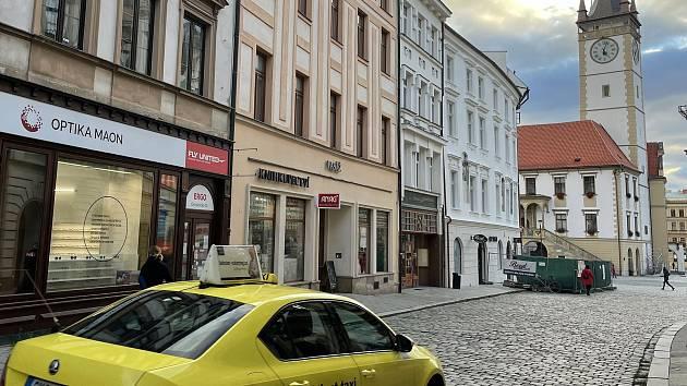 Ostružnická ulice - ústí na Horní náměstí 13. října 2021. Nově bude možné jet jen v opačném směru ven z náměstí