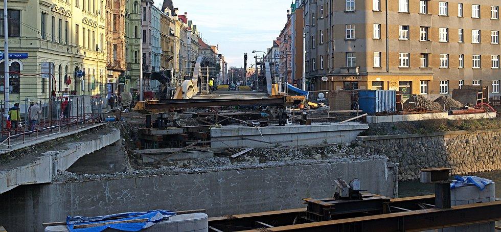 Příprava na nasunování nového mostu na Masarykově třídě v Olomouci ( 5.12.2020 )