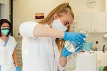 Příprava dezinfekce v lékárně Fakultní nemocnice Olomouc. Ilustrační foto