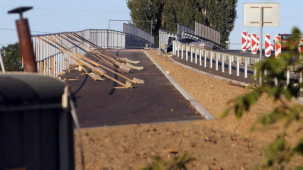 Most přes železniční trať v Holici se rozšířil o cyklostezku.