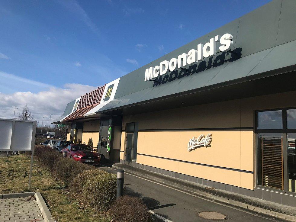 """Fast foody zavřely. Zákazníky obsluhují pouze v provozech """"take away"""", tedy okénkem prodávají jídlo s sebou."""