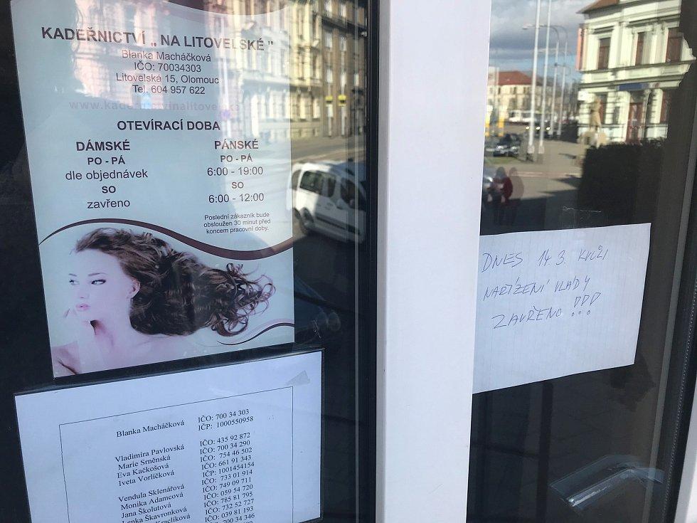 Opatření proti šíření koronaviru zavřelo kadeřnictví. V olomoucké Litovelské ulice přišly kadeřnice v sobotu ráno do práce, a hned na deset dní podle nejnovějšího nařízení vlády zavřely.