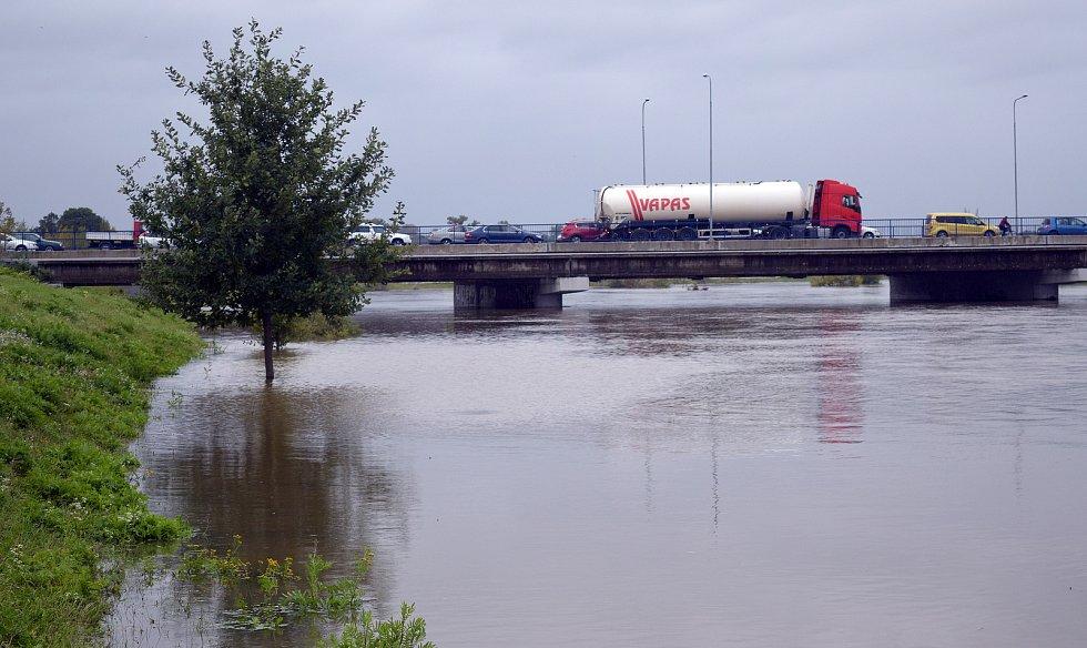 Most ve Velkomoravské ulici. Řeka Morava na 2. SPA v Olomouci. 16. října 2020