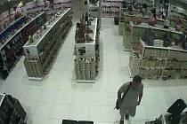 O finanční hotovost, ale i doklady přišla žena, když jí zloděj v jednom z olomouckých nákupních center ukradl peněženku z kabelky. Olomoučtí kriminalisté po něm pátrají a prosí veřejnost o pomoc.