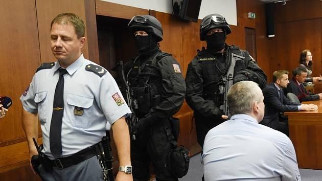Radek Březina (na snímku vpravo zády) u Olomouckého vrchního soudu