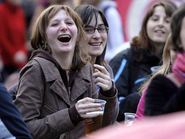 Studenti se baví na festivalu Gaudeaumus igitur