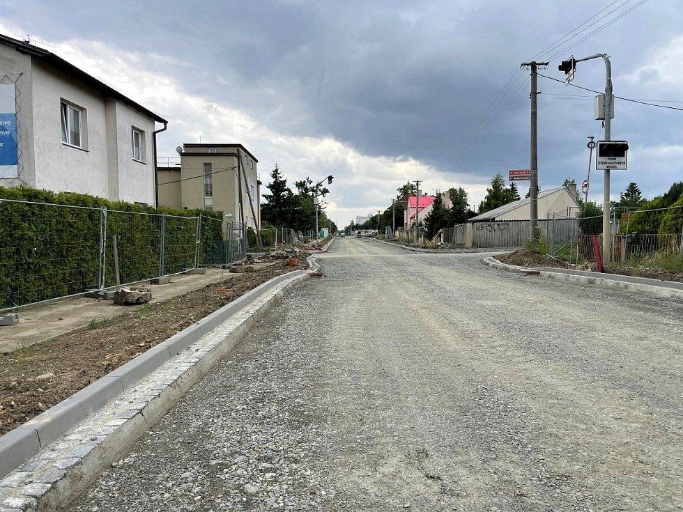 Kritická fáze opravy průtahu Litovlí v Dukelské ulici, kdy auta musejí po objížďce, se blíží ke konci, 21. července 2021.