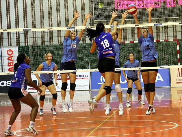 Tradiční turnaj O pohár rektora Univerzity Palackého vyhrály domácí volejbalistky Olomouce (v tmavě modrém), které ve finálovém zápase porazily Frýdek-Místek.