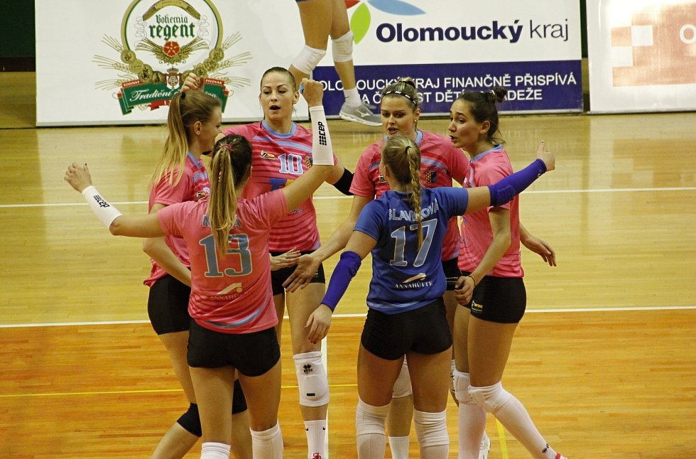 Volejbalistky Olomouce (v modrém) porazily Prostějov 3:0.