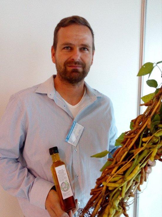 Soukromý zemědělec Roman Koutek z Topolan sóju pěstuje léta. Letos se pustil do zpracování vlastní úrody. Ze sóji lisuje olej, sójové boby praží jako oříšky.