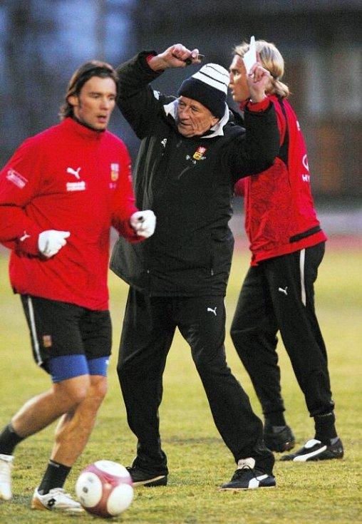 únor 2007. Zleva Marek Jankulovski, trenér Karel Brückner a Radoslav Kováč na tréninku fotbalové reprezentace před přípravným utkáním s Belgií