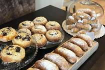 Cukrárna Sladký méďa teď z výdejního okénka nabízí také koláče, trubičky a plněné rohlíčky.