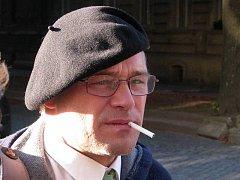 Dušan Dvořák před budovou prostějovského okresního soudu