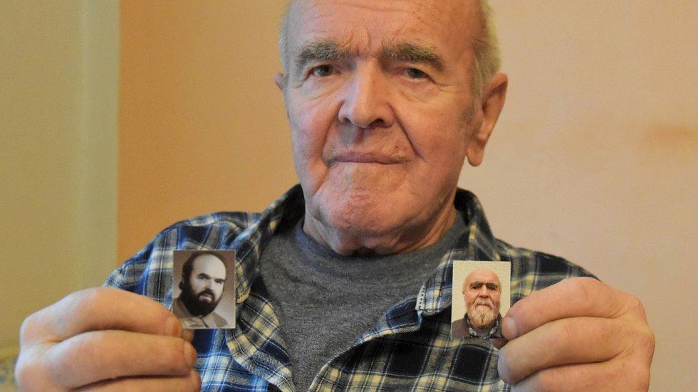 Karel Černý z Hlinska v 81 letech přežil těžký průběh koronaviru - na snímku se svým portrétem ve 46 letech (vlevo) a fotografií pořízenou po prodělaném covidu (vpravo). 30. 12. 2020