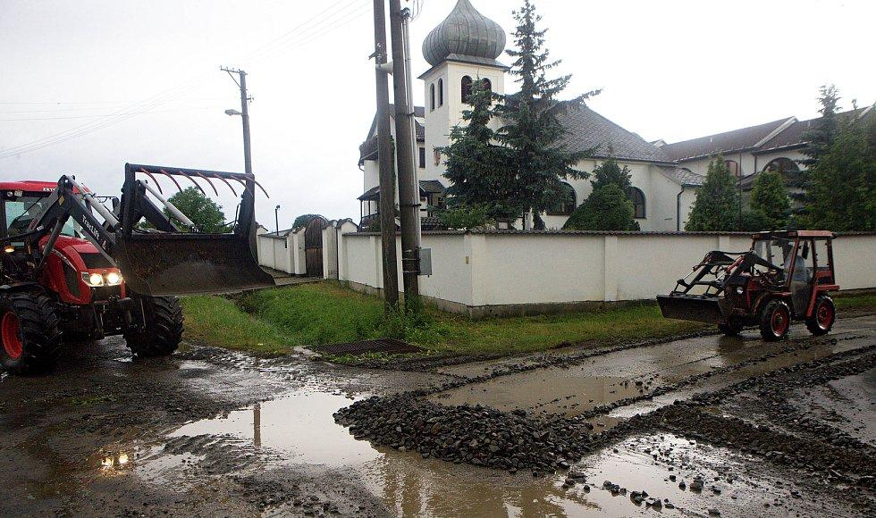 Vilémov - odstraňování naplavenin. Následky bouřky 1.7.2019