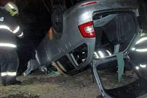 Hasiči vyprošťují vůz z řeky po tragické havárii u Rozvadovic