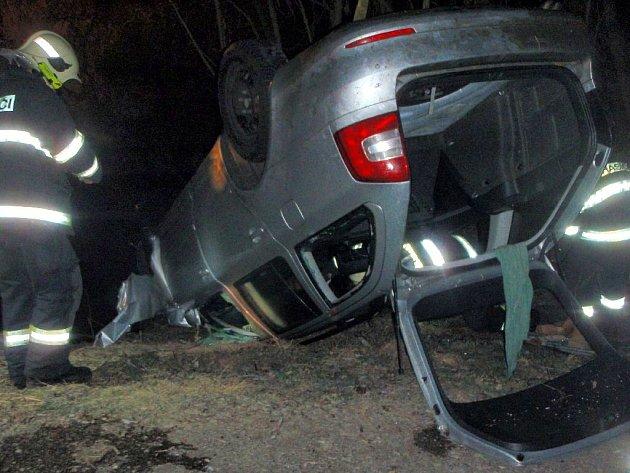 7add2be8da2 Hasiči vyprošťují vůz z řeky po tragické havárii u Rozvadovic ...