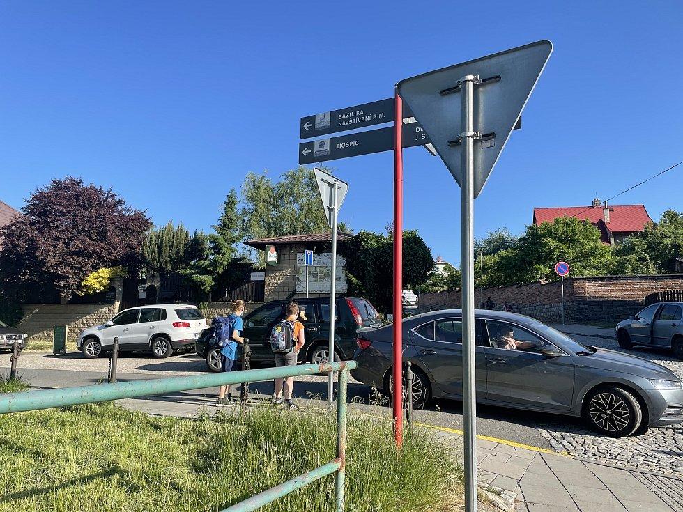 Dopravní situace u základní školy na Svatém Kopečku, ráno před začátkem výuky křižovatka Dvorského a Sadové náměstí, 10. června 2021