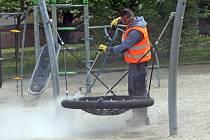 Nový stroj pomáhá Technickým službám  města Olomouce dezinfikovat dětská hřiště. Park Malého prince