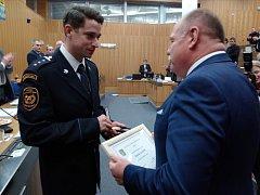 Hasič Roman Grosič dnes obdržel z rukou hejtmana Ladislava Oklešťka medaili Olomouckého kraje za záchranu lidského života.