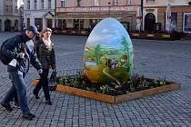 Obří kraslice a zdobená vajíčka od žáků olomouckých škol na Horním náměstí.