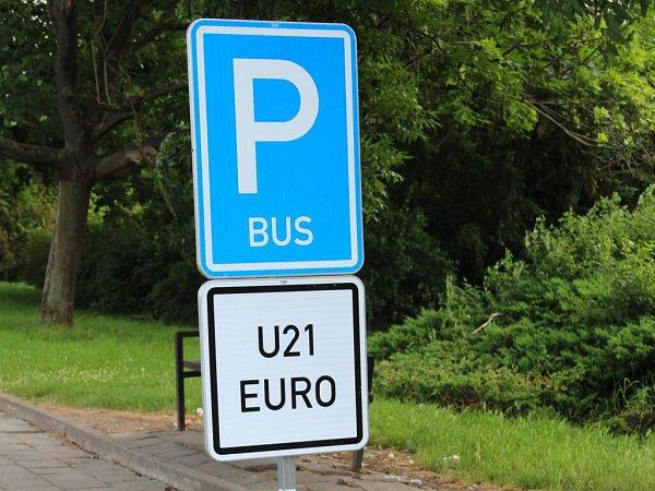 Označení parkoviště pro autobusy během Eura jedenadvacítek vOlomouci