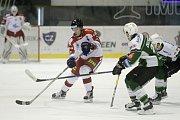 Olomoučtí hokejisté (v bílém) porazili Karlovy Vary 3:2 v prodloužení. Petr Mrázek (vlevo).