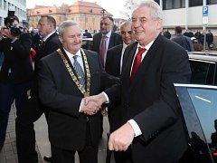 Prezident Zeman přijíždí do Prostějova, vítá jej primátor Miroslav Pišťák