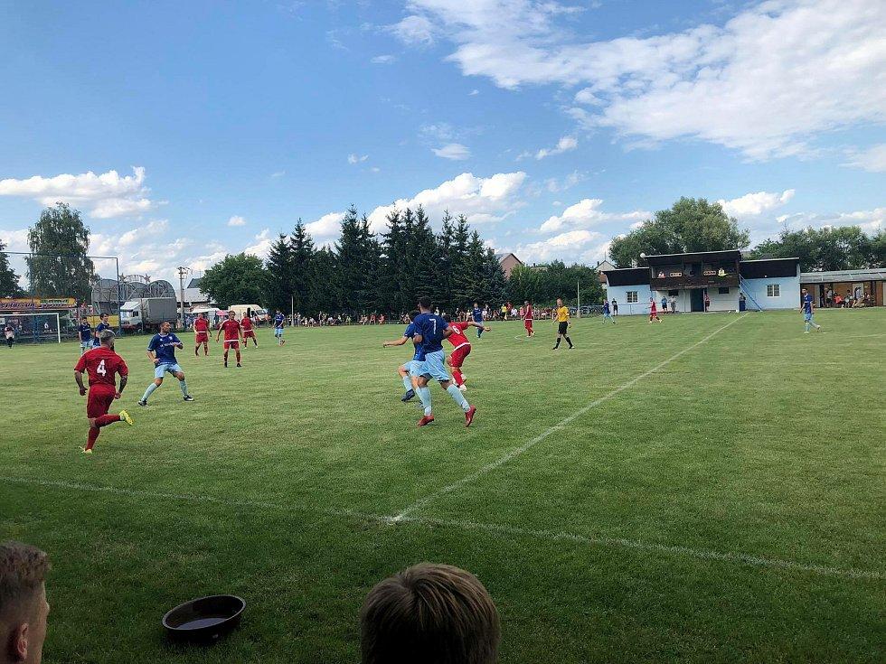 Fotbalisté Červenky nenašli recept na obranu Šumvaldu.