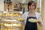 Tvarůžková cukrárna rodiny Poštulkovy z Loštic otevřela v Denisově ulici v centru Olomouce