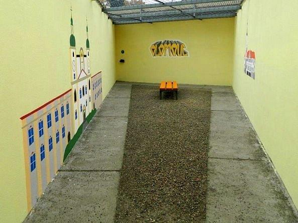 Dvůr olomoucké vazební věznice zdobí namalovaná olomoucká radnice a svatokopecká bazilika
