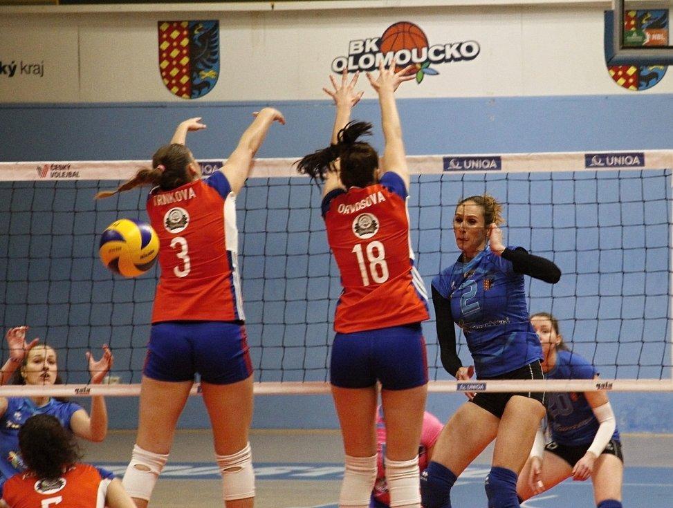 Olomoucké volejbalistky (v oranžovém) vyhrály derby v Prostějově 3:1.