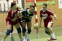 Olomoucké házenkářky (v tmavém) prohrály v domácím interligovém zápase s celkem Šaly 27:28.