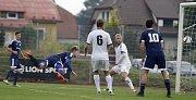 Fotbalisté Uničova porazili HFK Olomouc (v bílém) 4:1. Aleš Krč dává gól.
