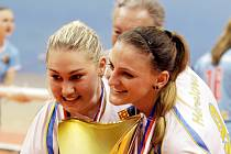 Barbora Gambová (vlevo) s titulem