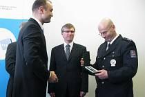 Přerovský policista Milan Crha přebírá od ministra Langera medaili za záchranu životů.