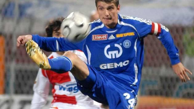 Olomoucký záložník Filip Rýdel (vpředu) se snaží dostat k míči přes Tomáše Hrdličku ze Slavie.