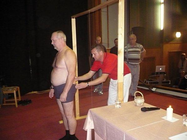 UČIL LÉČIT BOLEST. Radim Grebeníček zaujal svým vyprávěním zhruba sto padesát návštěvníků přednášky oléčbě bolesti unikátní masážní metodou.