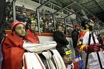 Fanoušek Karel Dohnal (v zeleném dresu druhý zleva) díky výhře s Radegasem sledoval zápas ze střídačky Mory.
