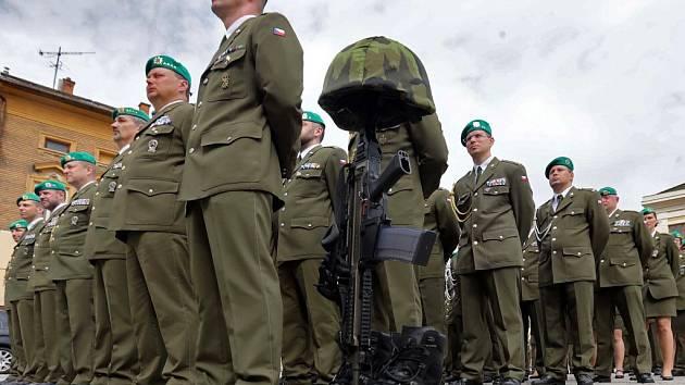 Vzpomínka na padlé kamarády. Slavnostní vojenský nástup v Hranicích s oceněním za misi v Afganistánu