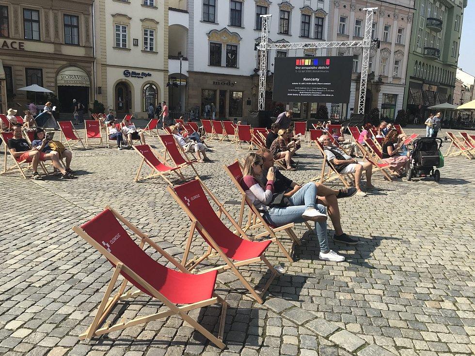 Lidé si užívají doprovodný program na Horním náměstí, 12. září 2020