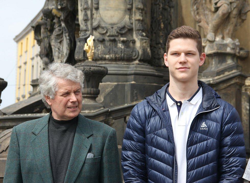 Český Šermíř století Jaroslav Jurka (vlevo) s vnukem Jakubem, který se kvalifikoval na olympijské hry v Tokiu.