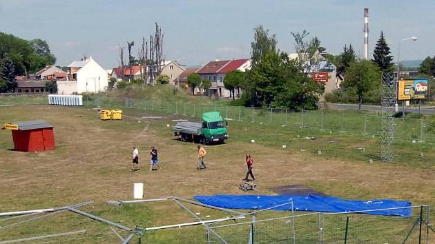 Po pivním festivalu zbyl jen prázdný areál. Snímek ukazuje, jak blízko jsou některé obydlené domy místu, kde probíhala hudební produkce.