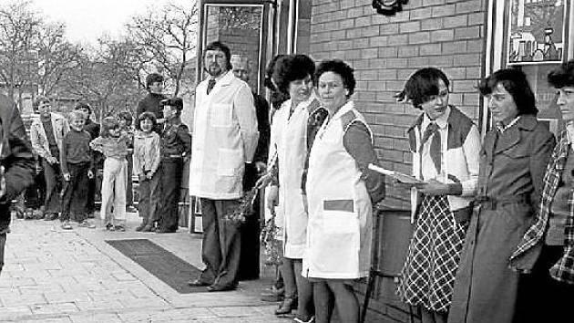 """Uvítací špalír. Slavnostní otevření nové prodejny Jednoty v Pňovicích v roce 1981 vybudované v """"akci Z""""."""