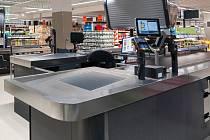 Zákazníci mají nově k dispozici více pokladen s větším odkládacím prostorem.