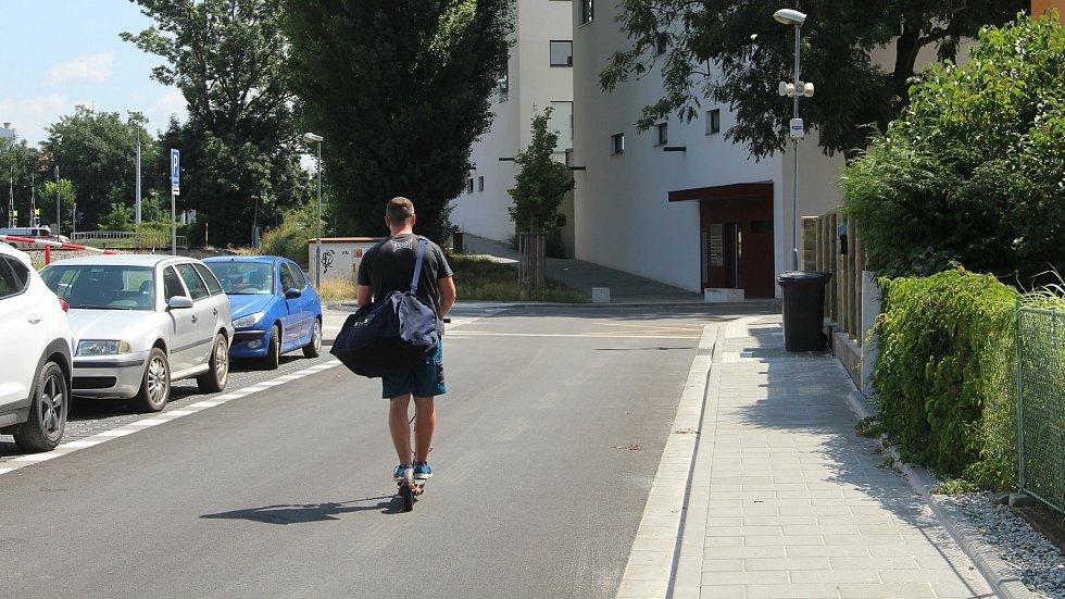 Krakovská ulice v Olomouci má po právě dokončené rekonstrukci nové chodníky, parkovací zálivy i povrch vozovky.