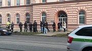 Policie uzavřela od 10.30 ulici před soudem pro dopravu, včetně tramvají. Policie prohledává také okolí soudu.